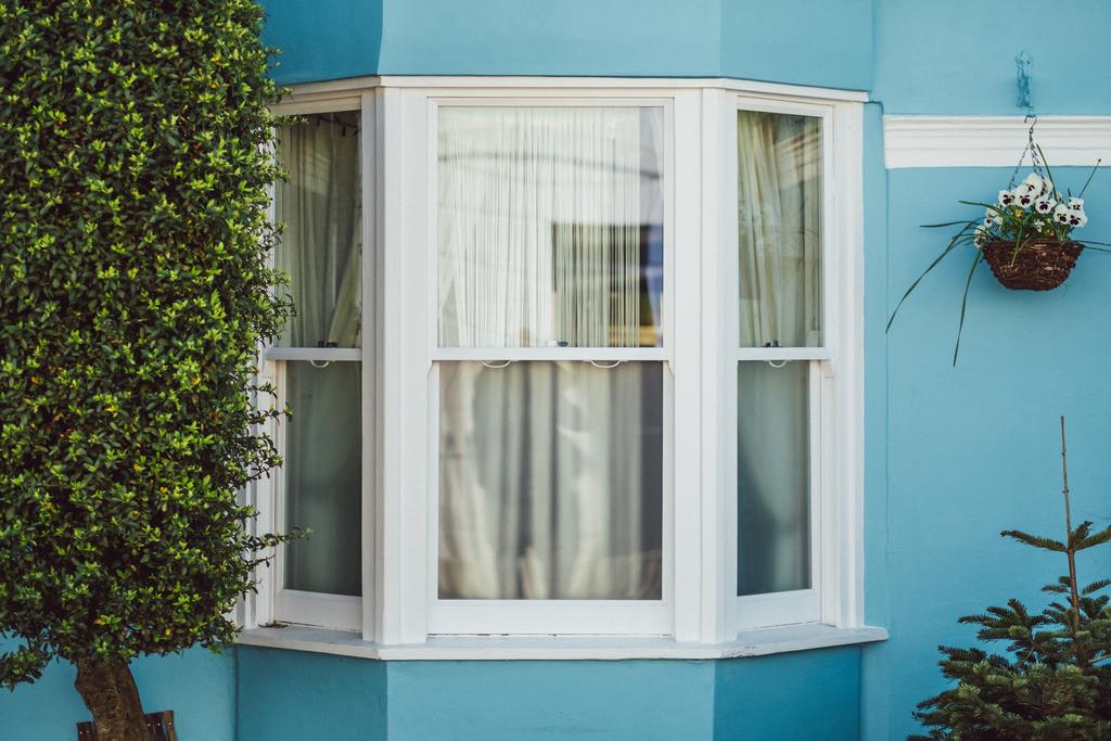 Brighton | typisches Fenster mit blauer Wand, Brighton, England