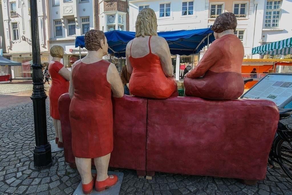 """RotesSofa_01   Die """"Alltagsmenschen"""" der Künstlerin Christel Lechner zu Gast in der Grafenstadt Moers. Auf einem Rundgang durch die Moerser Innenstadt warten nun rund zwei Dutzend liebevoll gestaltete """"Alltagsmenschen"""" noch bis Ende Oktober darauf, den Betrachtern ein Schmunzeln ins Gesicht zu zaubern.  """"Mit meiner Kunst und meinen Arbeiten möchte ich die Menschen berühren und sie dort abholen, wo sie stehen. Und wenn mir das gelingt, ist das wirklich beflügelnd"""", so Christel Lechner."""