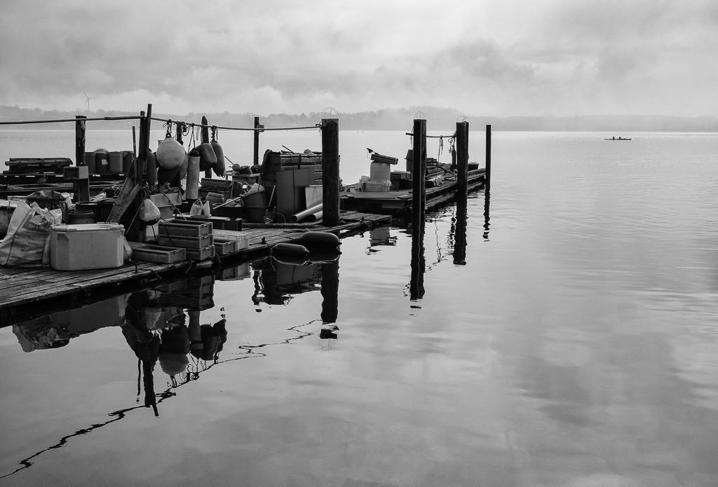 Landungsbrücke am Holm in Schleswig © Holger Rüdel   Die Landungsbrücken am Holmer Strand sind grasbewachsene Anleger der Schleswiger Fischer. Hier machen sie seit Jahrhunderten ihre Boote fest und lagern ihr Material. Durch schwimmende Pontons sind einige der Landungsbrücken im Laufe der Zeit erweitert worden.