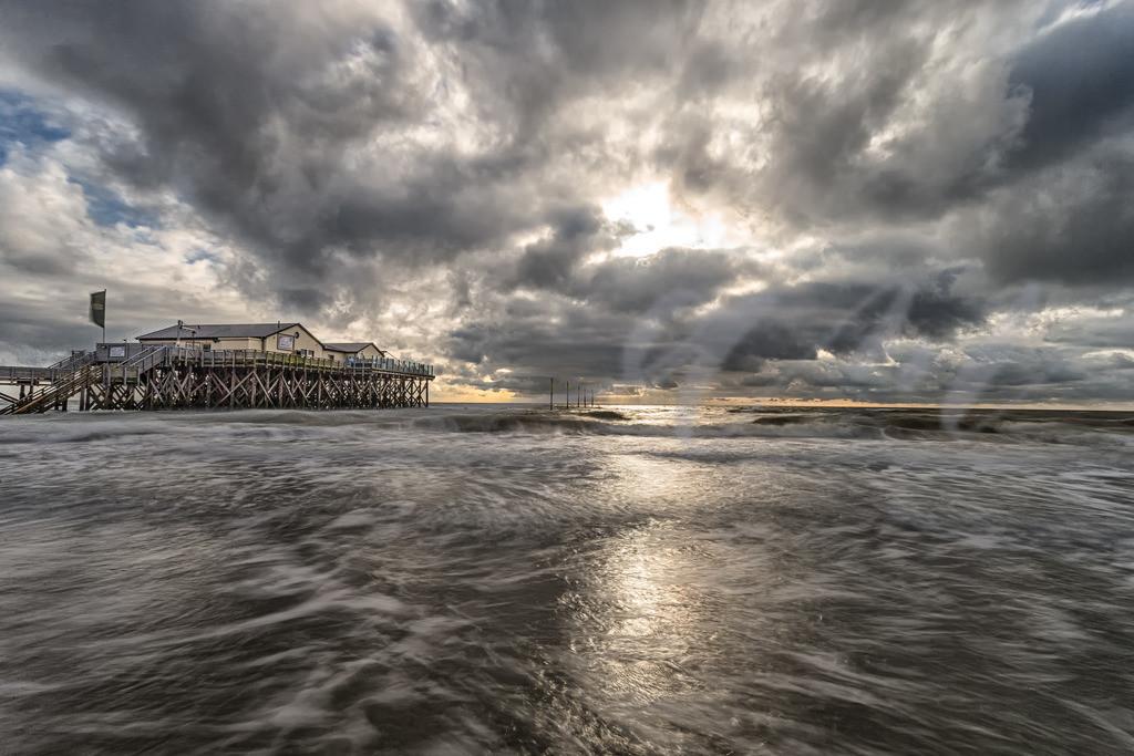 Beeindruckender Wolkenhimmel über dem Strand von St. Peter-Ording | Die Strandbar an der Nordsee