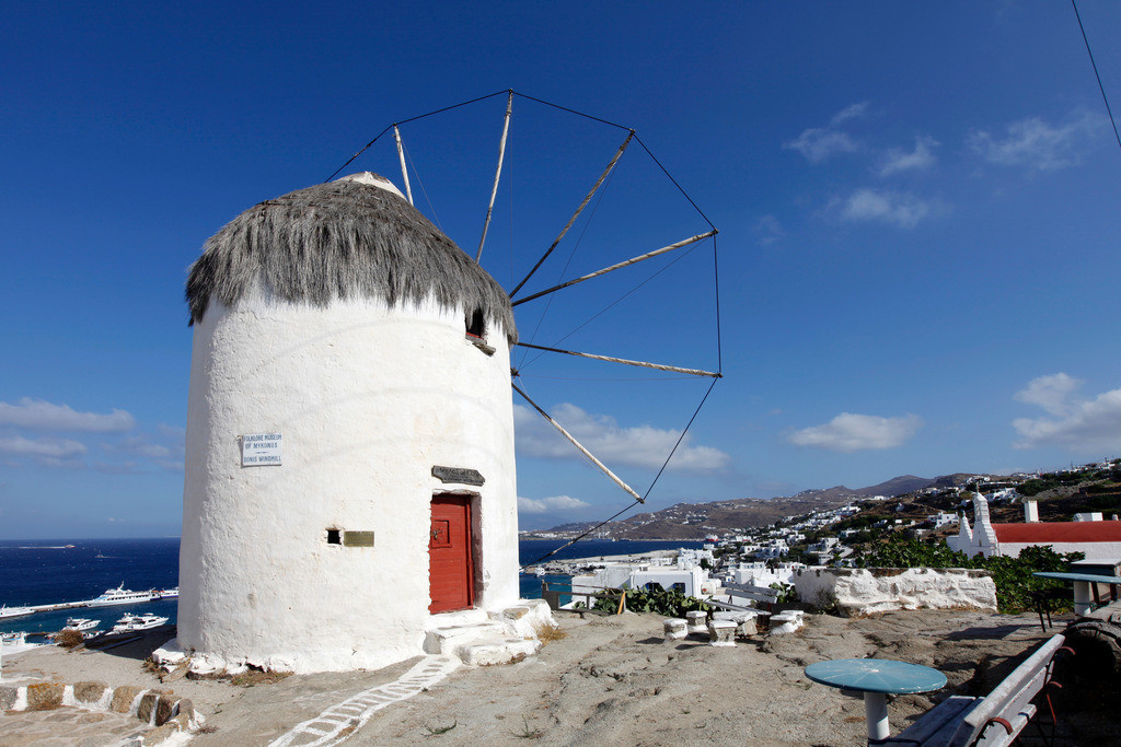 JT-110809-038 | Windmuehlen oberhalb der  Altstadt von  Mykonos Stadt, direkt am Meer, Mykonos, Griechenland, Europa.