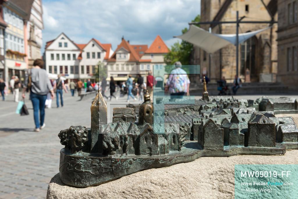 MW09019-FF   Deutschland   Niedersachsen   Hameln   Reportage: Reise entlang der Weser   Stadtmodell für blinde und sehbehinderte Menschen auf dem Marktplatz. Die Bronzeskulptur wurde vom Künstler Egbert Broerken entworfen. Die Stadt ist berühmt für das Märchen