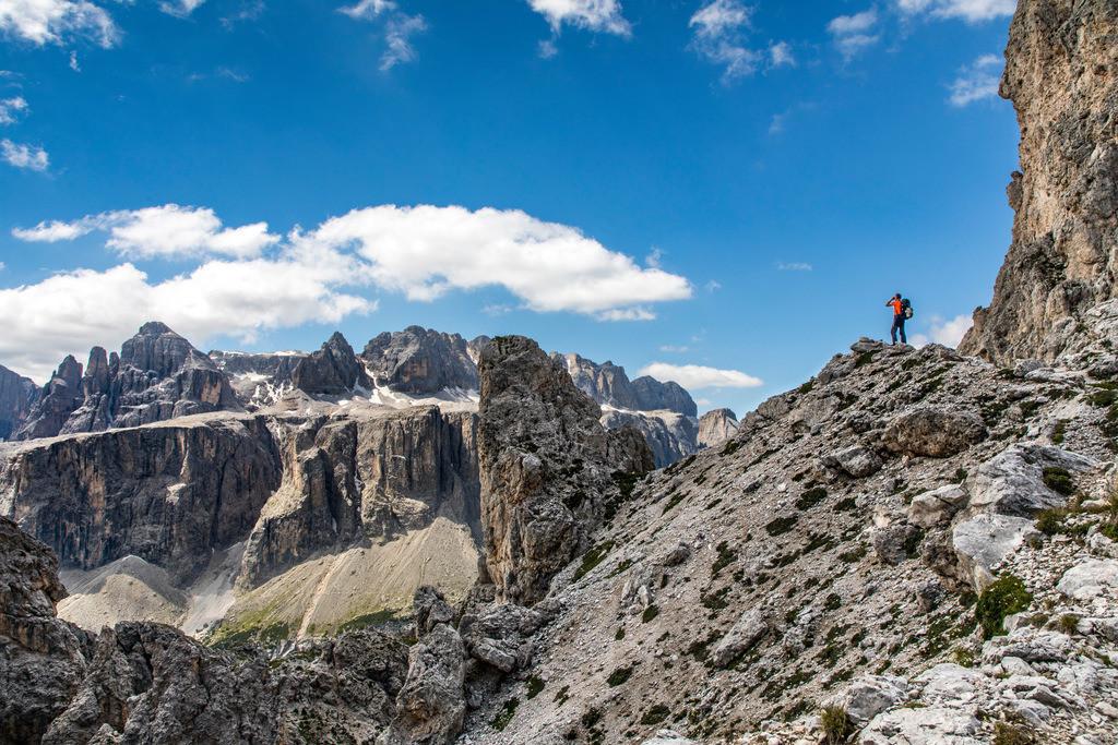 JT-180709-067 | Bergwanderin im Naturpark Puez-Geisler, Südtirol, Trentino, Italien,