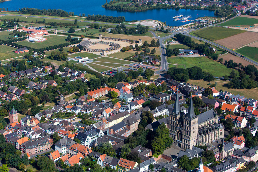 JT-161007-189 | Xanten, am Niederrhein, Innenstadt mit dem Dom Sankt Viktor, links oben der Archäologischer Park Xanten mit dem LVR Römermuseum, hinten die Xantener Südsee, Freizeitgewässer,