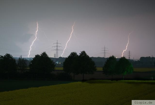 Drei Blitze | Drei Blitze und drei Strommasten in Raderbroich fotografiert