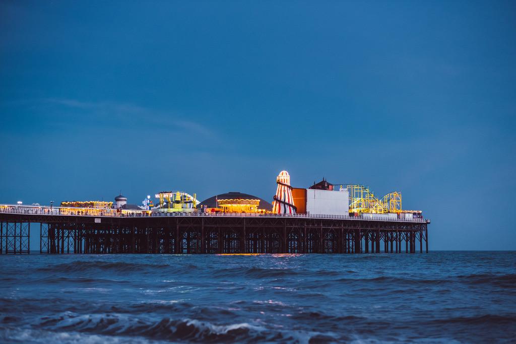 Brighton | Brighton Pier bei Nacht, Steinstrand, Brighton, England