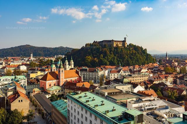 Ljubljana in Slowenien | Blick in Richtung Altstadt und Burg von Ljubljana, der Hauptstadt Sloweniens.