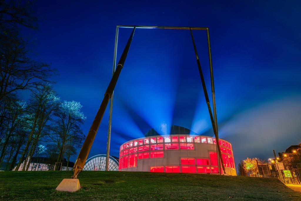 Stadthalle Bielefeld am 26. Dezember 2020 (1) | Lightshow an der Stadthalle Bielefeld früh morgens am 26. Dezember 2020.