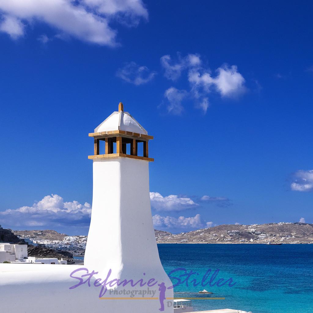 Tower on Mykonos / Türmchen auf Mykonos | Small white chimney in front of bright blue of sky and sea / Kleiner weißer Schornstein vor strahlendem Blau von Himmel und Meer
