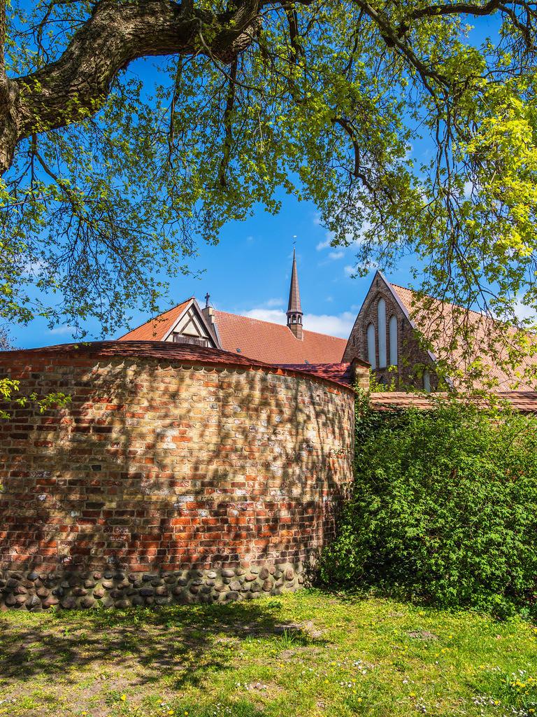 rk_06135 | Kloster zum Heiligen Kreuz und Stadtmauer in der Hansestadt Rostock.