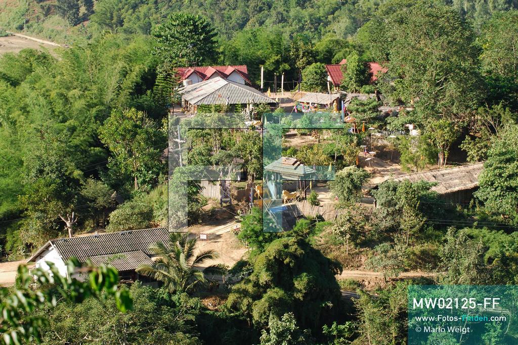MW02125-FF | Thailand | Goldenes Dreieck | Reportage: Buddhas Ranch im Dschungel | Das gesamte Tempelgelände breitet sich über fünf Berge aus.  ** Feindaten bitte anfragen bei Mario Weigt Photography, info@asia-stories.com **