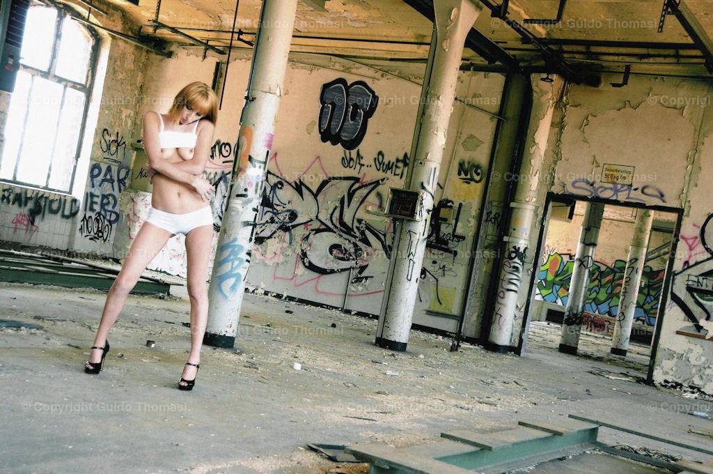 Dead Place Erotik   Diese Bilder entstanden in dem alten Continental Werk Hannover Limmer.  In dem Werk, habe ich circa 10000 Fotos geschossen. Die besten Bilder aus den Shootings sind in meinem ersten Bildband veröffentlicht. ( DEAD  PLACE EROTIC )