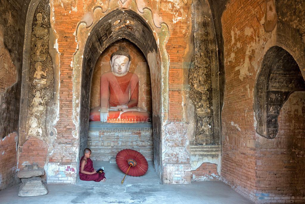 MW0115-1980 | Fotoserie DER ROTE SCHIRM | Lesender Novize in Bagan