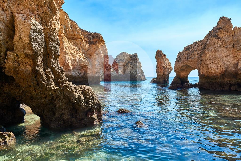 Die Höhlen an der Steilküste von Lagos an der Algarve in Portugal