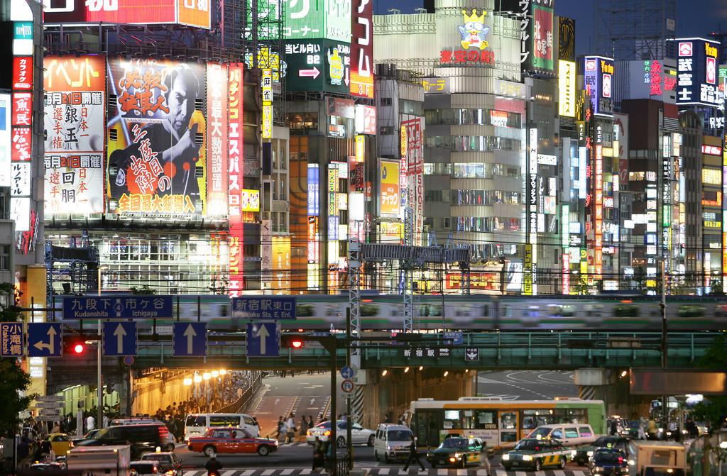 Shinjuku | Japan, Tokio: Stadtteil Shinjuku. Ostseite der Shinkuku Station, Einkaufs- und Vergnuegungsviertel an der Shinjuku Subnade Strasse, Leuchtreklame