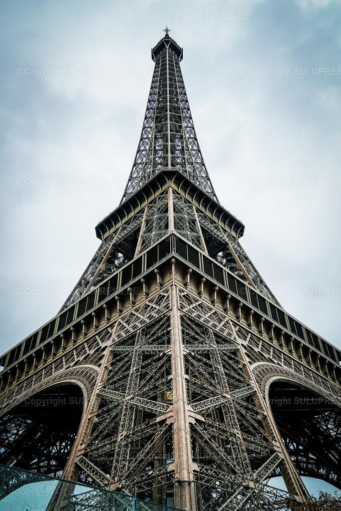 Der Eiffelturm in Paris | 22.09.2019, Der Eiffelturm (La Tour Eiffel) ist ein Eisenfachwerkturm mit einer Höhe von 324 Metern und das wohl bedeutendste Wahrzeichen in Paris. Er steht im 7. Arrondissement am nordwestlichen Ende des Champ de Mars (Marsfeld), nahe dem Ufer der Seine. Der von 1887 bis 1889 errichtete Turm wurde als monumentales Eingangsportal und Aussichtsturm für die Weltausstellung zur Erinnerung an den 100. Jahrestag der Französischen Revolution errichtet. Das Bauwerk wurde nach dem Erbauer Gustave Eiffel benannt, war zum Errichtungszeitpunkt noch 312 Meter hoch und war bis 1930 das höchste Bauwerk der Welt.