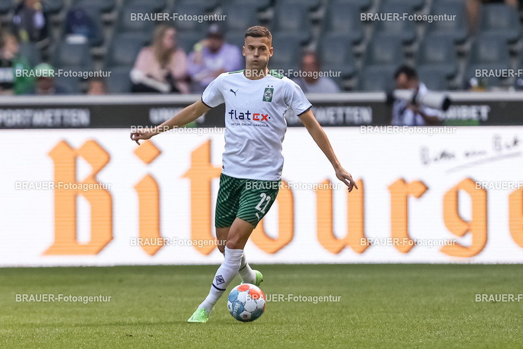 Borussia Moenchengladbach - FC Groningen  | Moenchengladbach, Deutschland, 31.07.2021: Laszlo Benes (Borussia Moenchengladbach) in Aktion, am Ball, Einzelaktion,    beim Testspiel zwischen Borussia Moenchengladbach und FC Groningen im Borussia-Park am 31. Juli 2021 in Moenchengladbach.  (Foto: BRAUER-Fotoagentur)   DFB / DFL REGULATIONS PROHIBIT ANY USE OF PHOTOGRAPHS AS IMAGE SEQUENCES AND/OR QUASI-VIDEO.