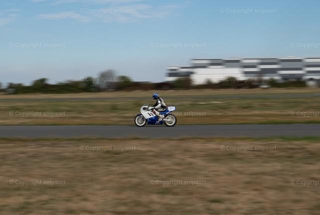 Motorradrennen | Ein Motorrad beim Motorradrennen mit Mitziehereffekt.