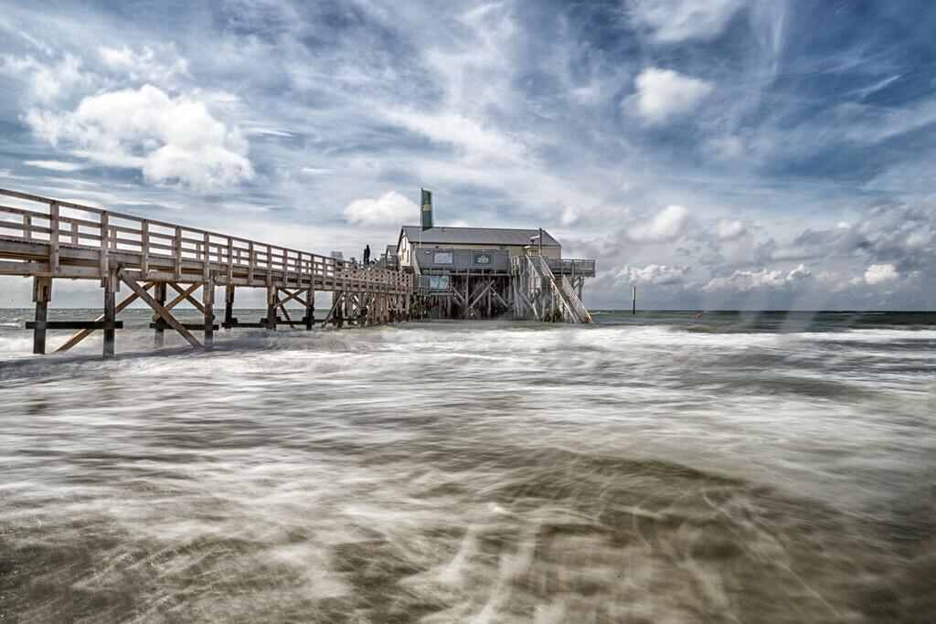 Langzeitbelichtung an der Strandbar 54 Grad Nord | Wolkenhimmel an der Strandbar am Strand von St. Peter-Ording