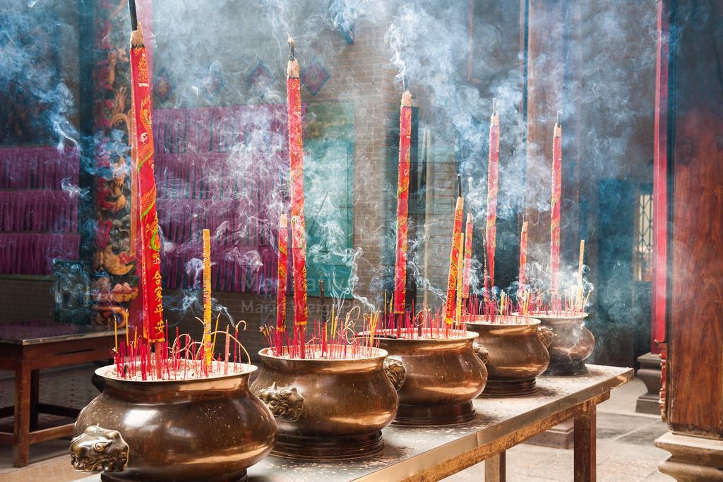 MW1212-0759 | Gespendete Räucherspiralen in einem buddhistischen Tempel in Ho Chi Minh City
