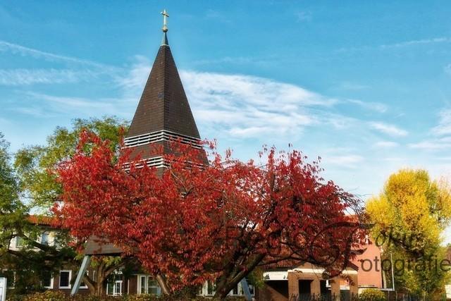 Buntes Farbspiel | Der Glockenturm der St. Thomaskirche in Drispenstedt wird von bunten Herbstbäumen umsäumt.