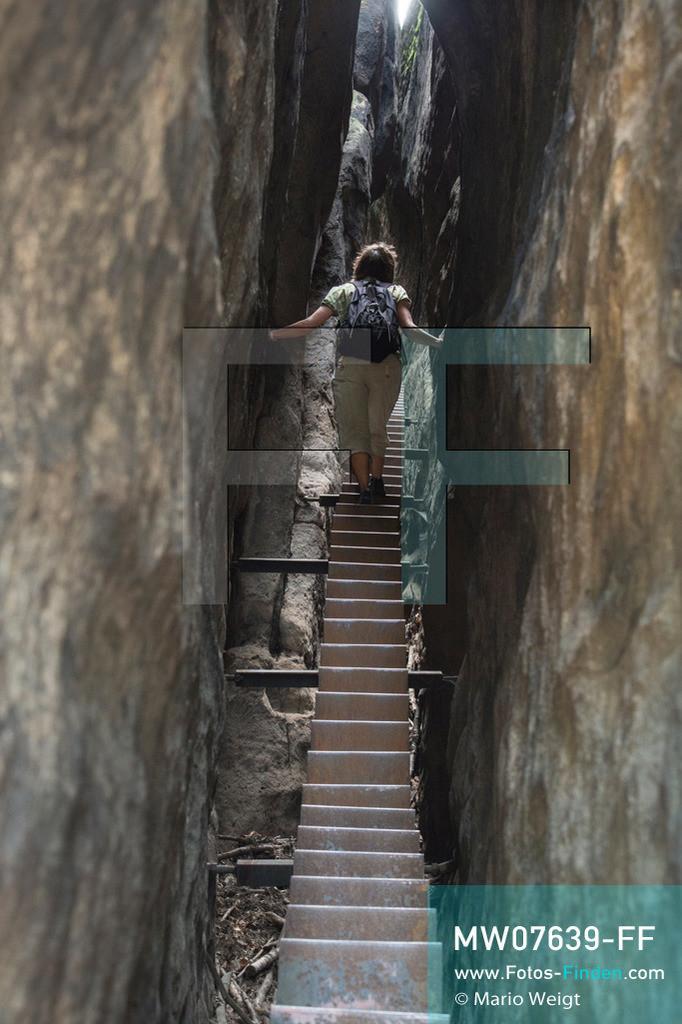 MW07639-FF | Deutschland | Sachsen | Sächsische Schweiz | Wanderin auf der Himmelsleiter am Kuhstall. Die Treppe führt zu den Überresten einer Raubritterburg. Der Kuhstall ist das zweitgrößte natürliche Felsentor in der Sächsischen Schweiz.   ** Feindaten bitte anfragen bei Mario Weigt Photography, info@asia-stories.com **