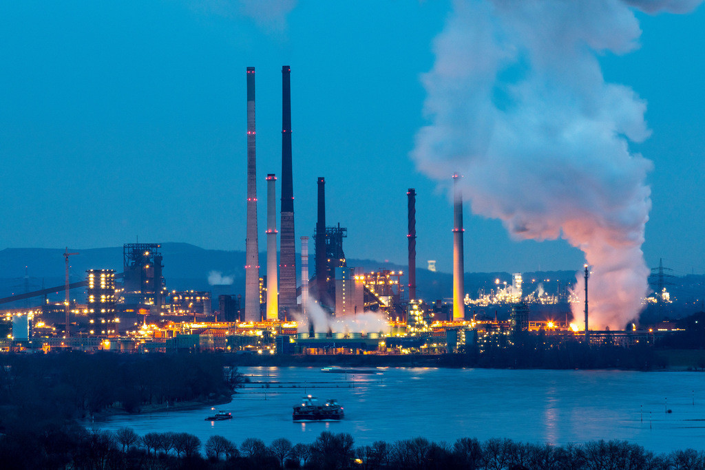 JT-170205-067 | Rhein bei Duisburg Bruckhausen, Marxloh,  Thyssenkrupp Steel Stahlwerk, Hochöfen, Sinteranlage, Kokerei Schwelgern, Ablöschwolke, hinten Halde Haniel in Bottrop,