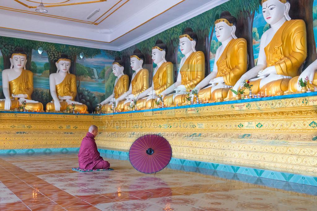 MW1119-9662 | Fotoserie DER ROTE SCHIRM | Mönch beim Meditieren