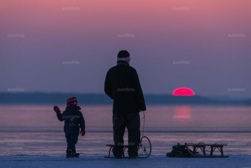 180303_1748-1621 | Personen auf dem Eis am Kölpinsee zum Sonnenuntergang .   ⠀⠀⠀⠀⠀⠀⠀⠀⠀ Das Bild entstand Anfang März an der Badestelle bei Eldenholz. Die Stelle ist ca. 6 km vom Stadzentrum von Waren (Müritz) entfernt. ⠀⠀⠀⠀⠀⠀⠀⠀⠀ --Dateigröße 6500 x 4300 Pixel--
