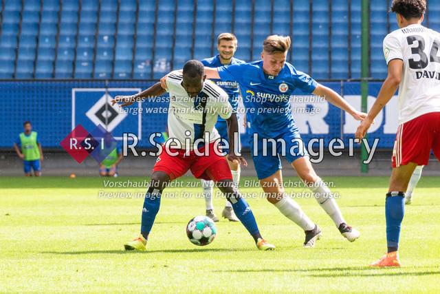 Fußball, Herren, Testspiel, Hamburger SV - FC Hansa Rostock, Volksparkstadion, 09.08.2020 | David Kinsombi (#6 HSV), Erik Engelhardt (#9 Hansa Rostock)