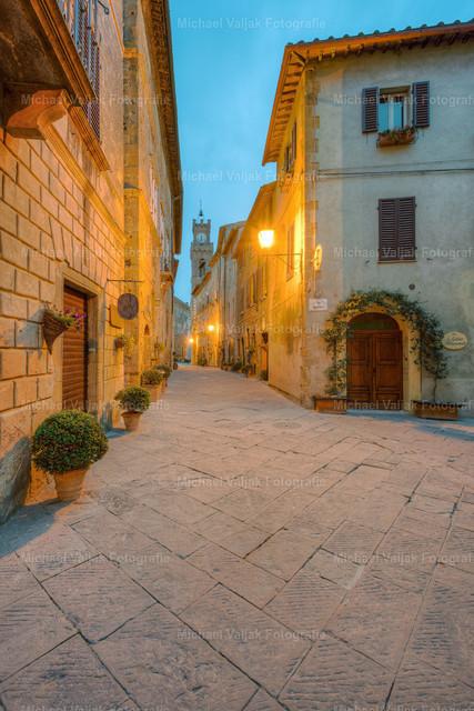 Morgens in Pienza, Toskana | Mediterrane Gasse in Pienza im Val d'Orcia in der Toskana, Blick zum Rathausturm.