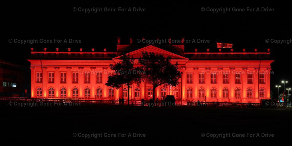 Deutschland | Das zur Night of Light 2020 rot beleuchtete Fridericianum in Kassel