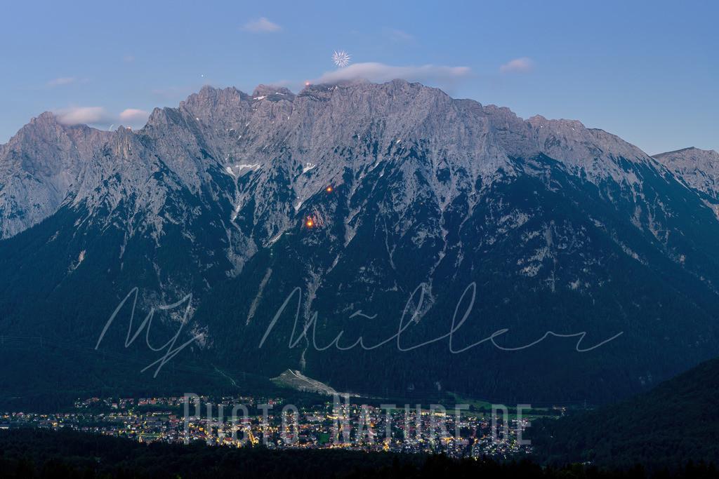 Johannifeuer in Mittwenwald | Ein gigantischer Feuerspektakel auf der Mittenwalder Karwendelfront