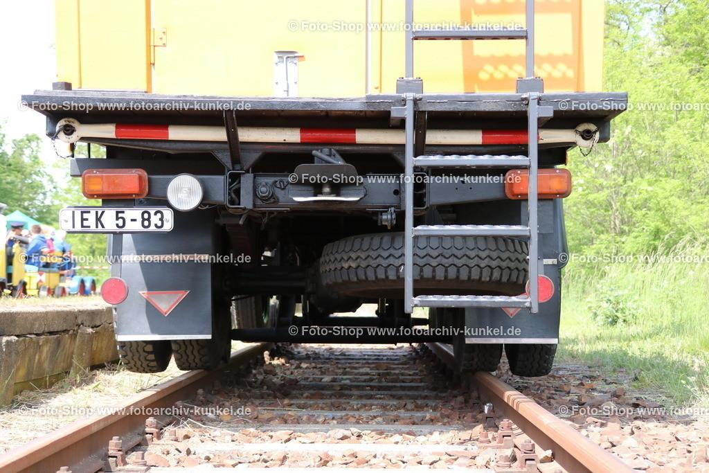 IFA W 50 L/TW/S Turmwagen mit Schienenfahrvorrichtung, 1986 | IFA W 50 L/TW/S Turmwagen mit Zweiwegesystem für Straße und Schiene (Schienenfahrvorrichtung), Kommunalfahrzeug 4x2 mit Ladedrehkran LDK 1250 und aufgesetzter Arbeitsbühne für 3 Personen (maximale Nutzlast 300 kg), für Wartungen und Instandsetzungen von beispielsweise Verkehrswegen, Signalen, Beschilderungen, Oberleitungen, Farbe: Orange, Baujahr 1986, Hersteller Fahrgestell: VEB IFA-Automobilwerk Ludwigsfelde, Hersteller Aufbau: VEB Kfz-Instandsetzung Cottbus, Betriebsteil Ratiomittelbau Bernsdorf, DDR; ehemaliges Fahrzeug der Berliner Verkehrsbetriebe
