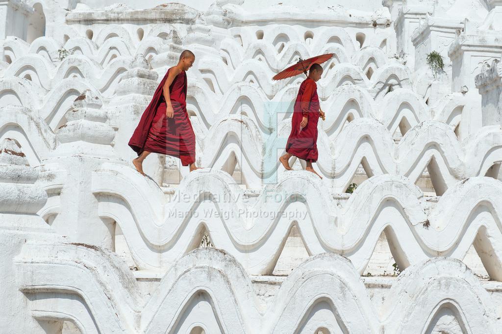 MW0118-8518 | Fotoserie: DER ROTE SCHIRM | Mönche auf einem buddhistischen Tempel in Mingun