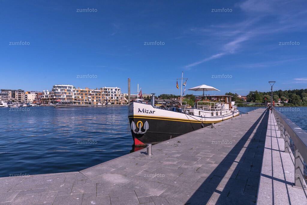 170709_1659-8020-A | Boot am Wellenbrecher im Stadthafen von waren (Müritz).   ⠀⠀⠀⠀⠀⠀⠀⠀⠀ Das Bild entstand im Sommer. Zu sehen ist ein Hausboot am wellenbrecher und die Hafenresidenz im Hintergrund ⠀⠀⠀⠀⠀⠀⠀⠀⠀ --Dateigröße 6700 x 4400 Pixel--