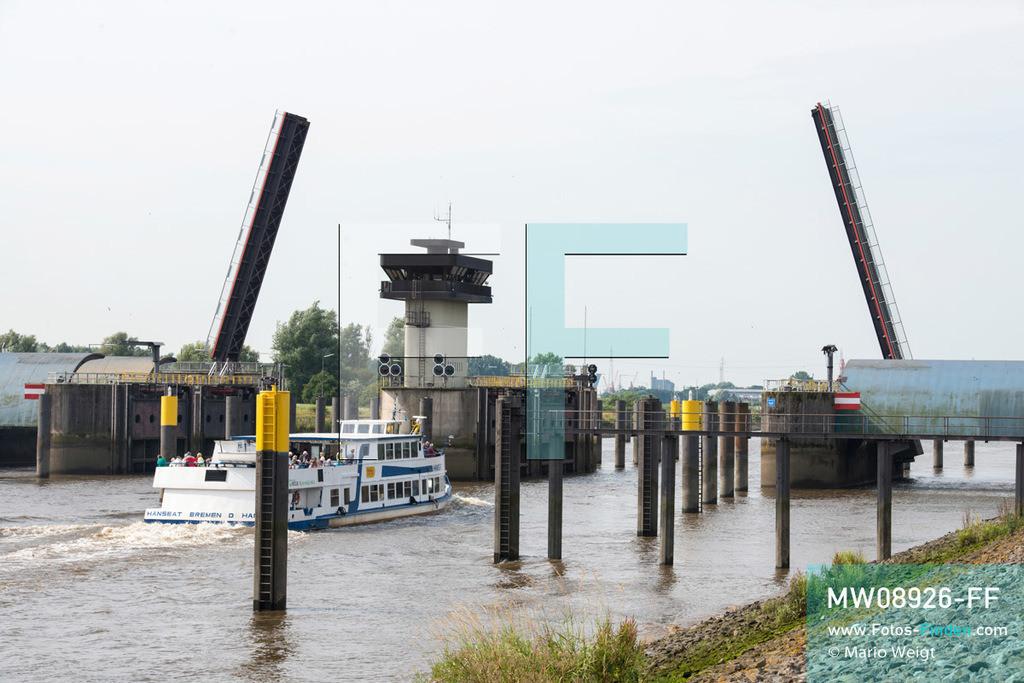 MW08926-FF | Deutschland | Niedersachsen | Elsfleth | Reportage: Reise entlang der Weser | Das Passagierschiff Hanseat vor der Staustufe Hunte. Das 119 m lange Gezeitenwehr mit Kontrollstation wurde 1979 gebaut und dient dem Schutz vor Hochwasser, Sturmfluten und dem Deichschutz. Zur vollen Stunde können die Fußgänger und Radfahrer die zweiflügelige Klappbrücke über die Hunte passieren und erreichen die Weser-Halbinsel Elsflether Sand. Die Hunte ist ein Nebenfluss der Weser und mündet hier in die Weser.   ** Feindaten bitte anfragen bei Mario Weigt Photography, info@asia-stories.com **