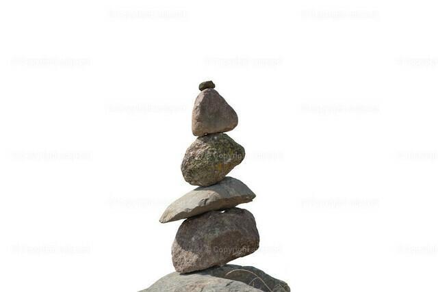 Steinmännchen (freigestellt) | Aufeinandergestapelte Steine als Steinturm über weißem Hintergrund