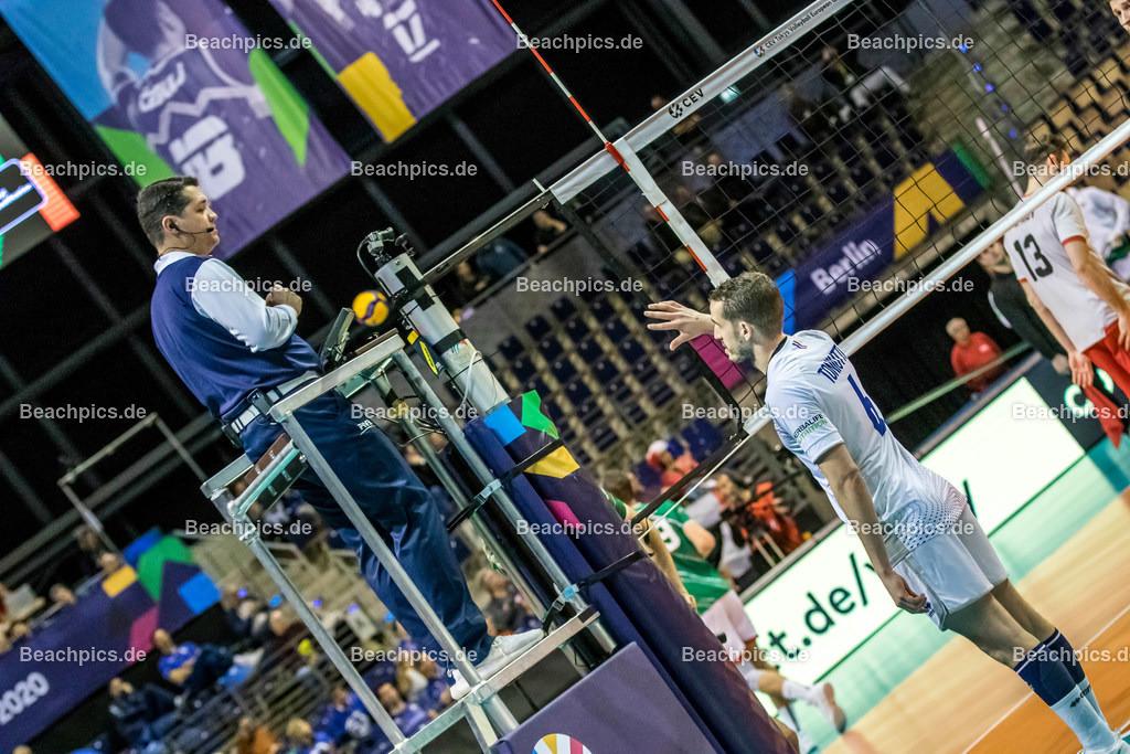 2020-00057097-CEV-European-Olympic-Qualification-Tokyo-2020 | TONIUTTI Benjamin #6 (Setter - FRA) spricht mit dem Schiedsrichter; 06.01.2020; Berlin, ; Foto: Gerold Rebsch - www.beachpics.de