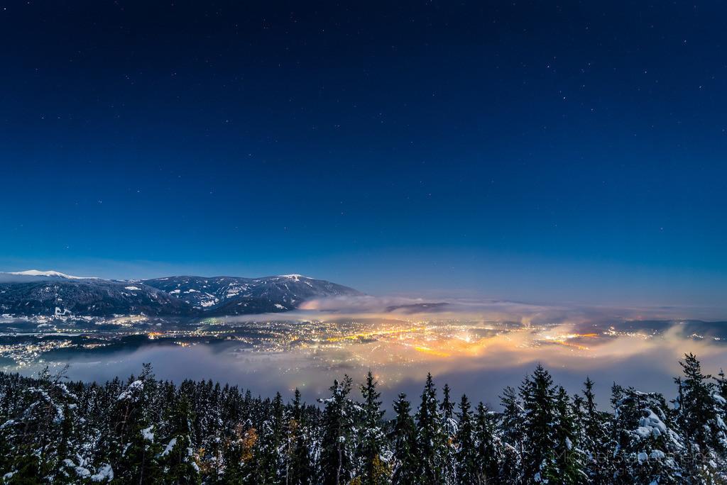 Villach im Nebel bei Vollmond | Vollmondnacht aufgenommen vom Dobratsch mit Blick auf Villach und die Gerlitzen