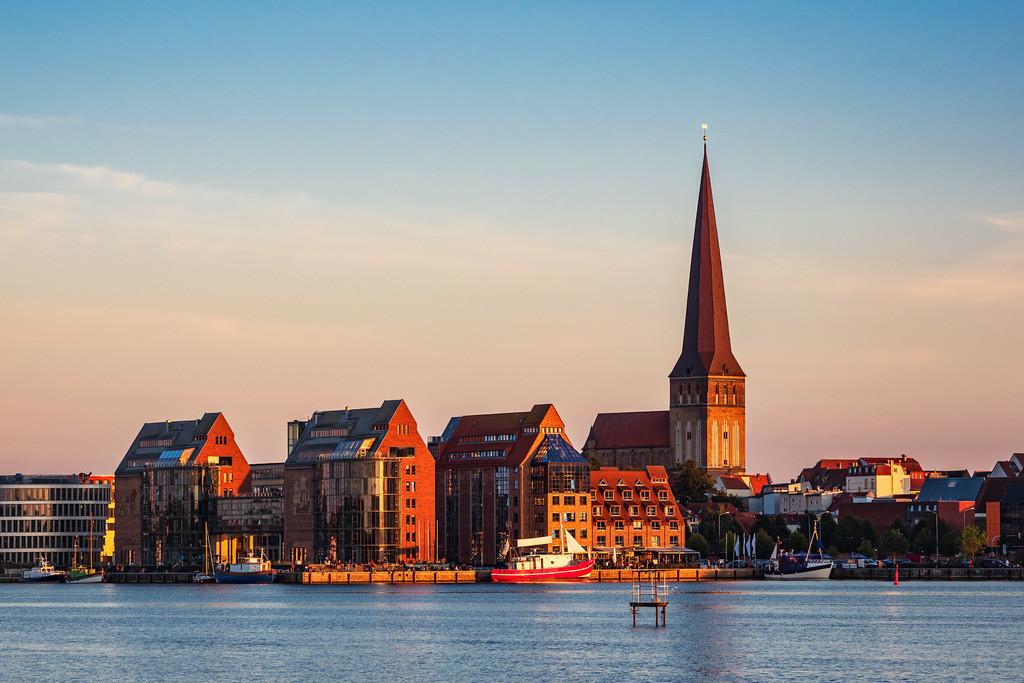 Blick über die Warnow auf die Hansestadt Rostock   Blick über die Warnow auf die Hansestadt Rostock.