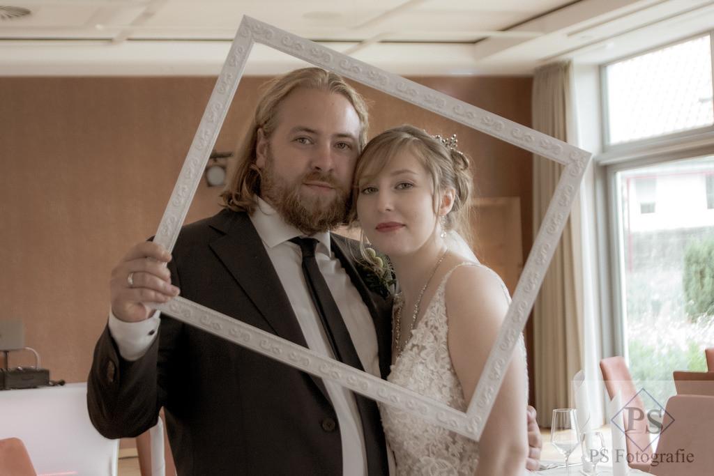 Hochzeit Rittergut Störmede Brautpaar eingerahmt