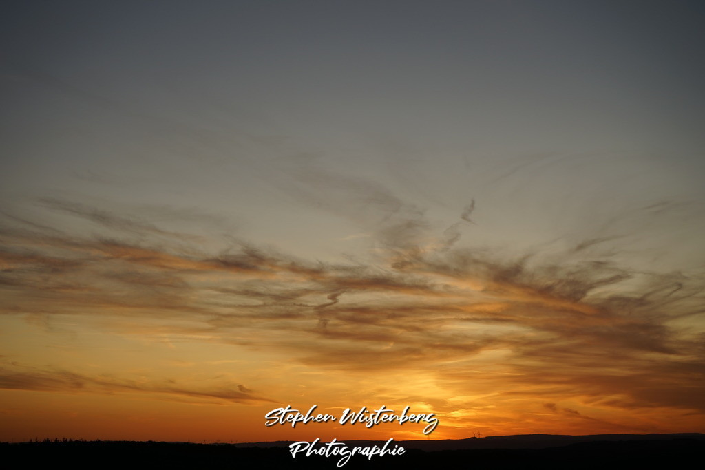 Sunset Schönborn | Sonnenuntergang bei Schönborn mit messingfarbenen Wolkenformationen