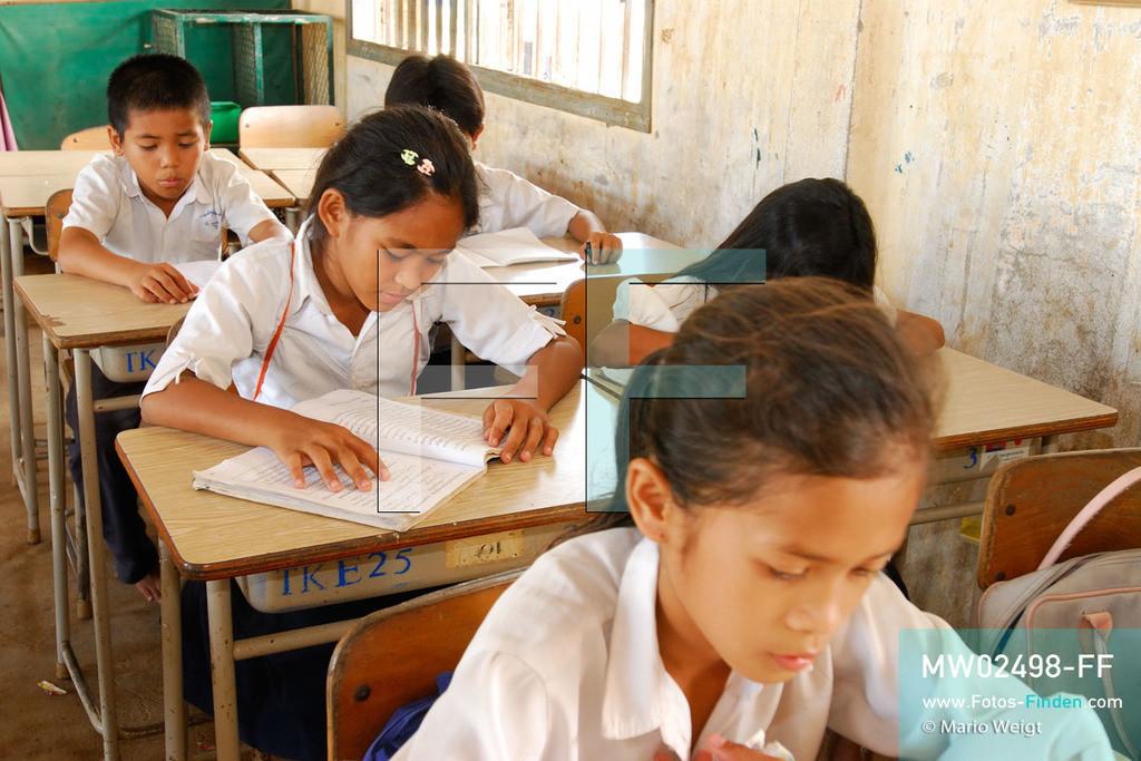 MW02498-FF | Kambodscha | Phnom Penh | Reportage: Apsara-Tanz | Tanzschülerin Sivtoi beim Lesen in der Grundschule. Sie lernt den Apsara-Tanz in einer Tanzschule. Sechs Jahre dauert es mindestens, bis der klassische Apsara-Tanz perfekt beherrscht wird. Kambodschas wichtigstes Kulturgut ist der Apsara-Tanz. Im 12. Jahrhundert gerieten schon die Gottkönige beim Tanz der Himmelsnymphen ins Schwärmen. In zahlreichen Steinreliefs wurden die Apsara-Tänzerinnen in der Tempelanlage Angkor Wat verewigt.   ** Feindaten bitte anfragen bei Mario Weigt Photography, info@asia-stories.com **