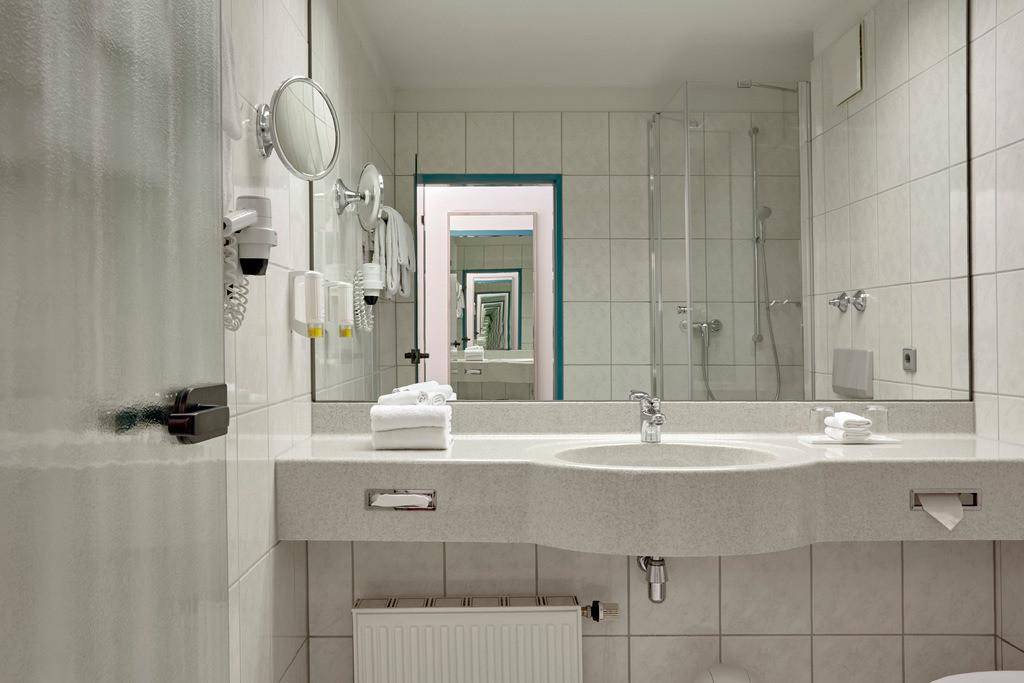 zimmer-bad-superior-doppelzimmer-01-hplus-hotel-stuttgart-herrenberg