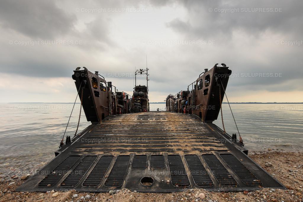 LCU Mk 10 L9732   11.06.2019, seit Montag dem 10. Juni übt die Britische Royal Navy im Rahmen des Manövers BALTOPS 2019 Amphibische Kriegsführung mit den Landungsbooten der HMS Albion in der nördlichen Eckernförder Bucht in der Nähe des Campingplatzes Gut Ludwigsburg bei Langholz. LCU Mk 10 L9732 mit offener Rampe am Bug.