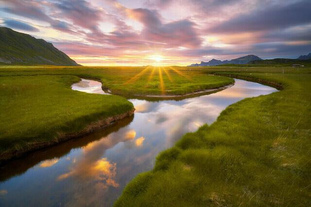 Y | Y? Why? Warum? Na, ist doch klar. Diese Szene zur Mittsommernacht auf den Lofoten war einfach unwiderstehlich. Der sich schlängelnde Bach, die grünen Wiesen, die untergehende Sonne und der fantastische Himmel: ein Traum!
