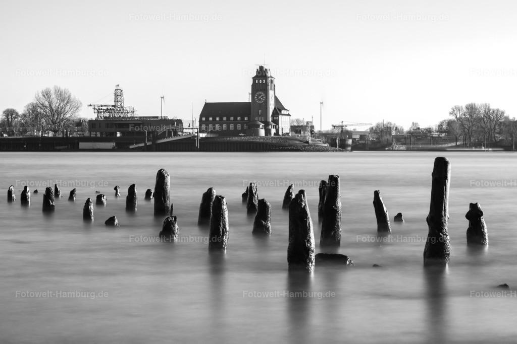 10210410 - Seemannshöft in schwarzweiß | Blick über die Elbe auf das Lotsenhaus Seemannshöft.