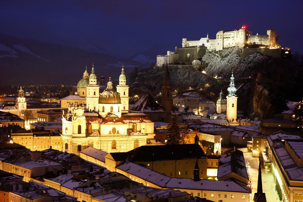 JT-091213-007 | Altstadt mit Kollegienkirche, Dom und der Festung Hohensalzburg, am Abend, Winter. Salzburg, Österreich, Europa.