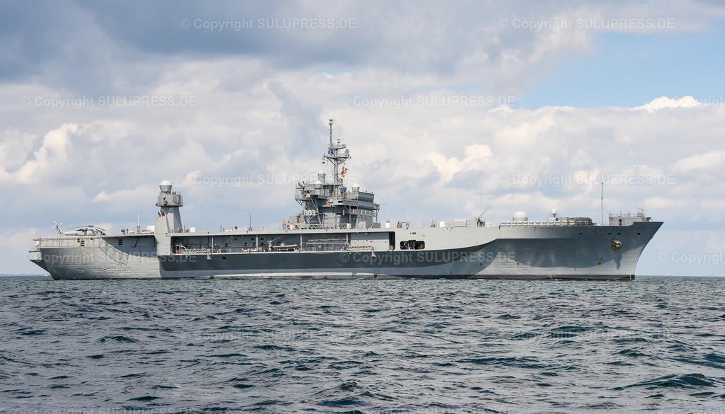 Die USS Mount Whitney in Kiel   09.06.2019, die USS Mount Whitney (LCC-20), ein Kommandoschiff für die amphibische Kriegsführung der United States Navy und das zweite Schiff der Blue-Ridge-Klasse. Sie ist nach dem Mount Whitney benannt und dient seit 1971 in der US-Marine, seit 2004 gehört das Schiff zum Military Sealift Command. Es ist in Gaeta, Italien, stationiert und dient als Flaggschiff des Kommandeurs der 6. US-Flotte. Das Schiff beim Auslaufen aus Kiel, während des NATO Manövers BALTOPS.